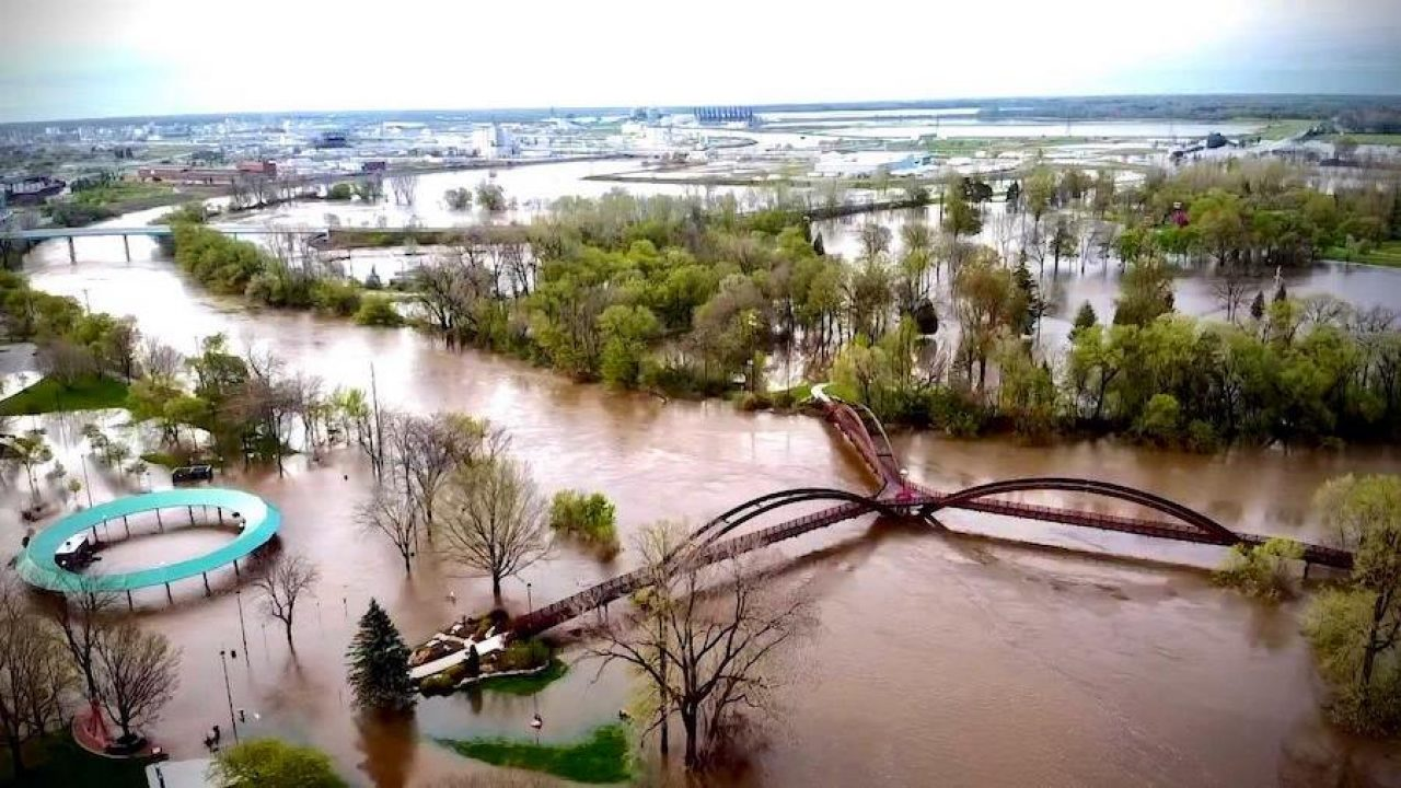 10,000 Michigan residents evacuated after two dams breach
